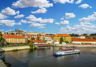 Prag von der Moldau aus